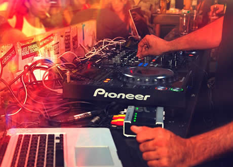 DJ bringt Spass beim Feiern - Have fun at the Munich After Oktoberfest Party